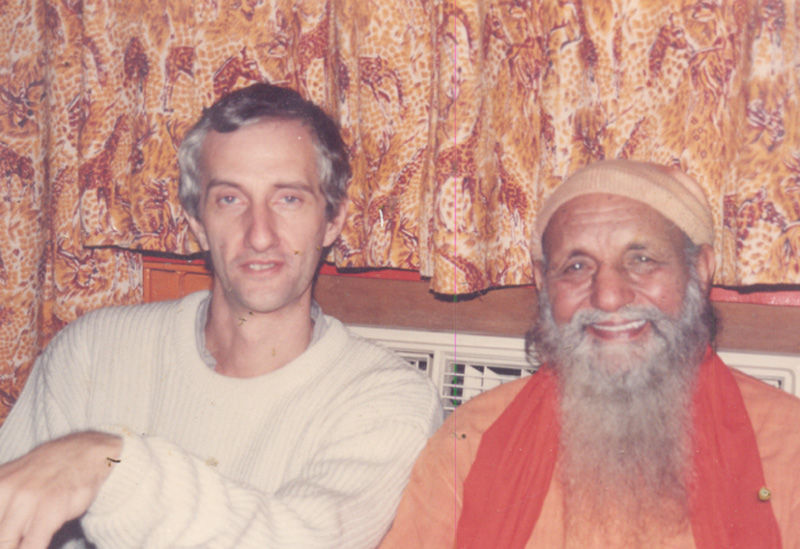 David Godman and Swami Ramanananda Giri in Papaji's living room, mid-1990s