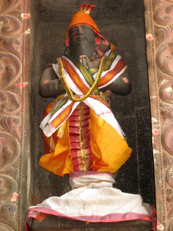 A statue of King Vallalan in the Arunachalewara Temple