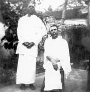 Ramanapadananda standing next to Muruganar