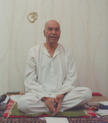 Papaji teaching in his Lucknow home